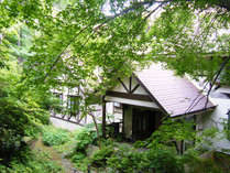 *外観/上信越道信濃町IC、JR黒姫駅からそれぞれ車で10分の好立地。