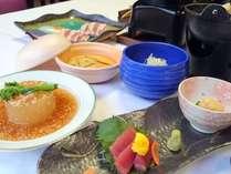 地の食材や旬の素材を生かし、調理長が一品一品心をこめてお出しする和食会席。大宴会場や専用個室も完備。