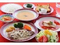 日替わり洋風コース料理(野菜サラダ、スープ、魚、肉、ライス、デザート)で、連泊でも楽しめます。