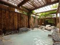 男性用岩造りの露天風呂