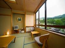 窓の外に広がる緑に心癒されるひと時をすごせる和室(一例)