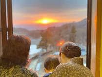 茜色の空を望む「客室からの景色」