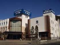 信州の山なみを一望する緑の中のホテル