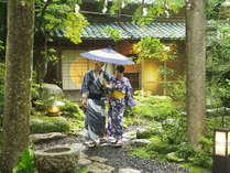 目に映る木々が鮮やかな日本庭園。四季折々の風景に心を癒されながら散策を