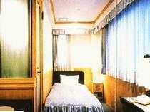 木のぬくもりを感じるお部屋。間接照明と高い天井が特徴的