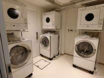 ゲストの方が自由にお使いになれる洗濯室です。洗濯・乾燥機4台、ガス乾燥機3台