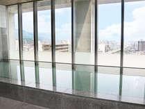 最上階にある展望浴場は、足をのばしてゆったりと浸かれる