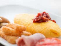 ブッフェスタイルのご朝食では、シェフお好みの具材を包み、目の前で焼き上げるオムレツが人気です。
