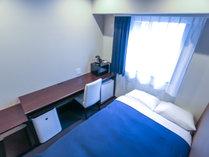 ◆シングルルーム◆セミダブルベッドで1名でも広々ご利用いただけます。