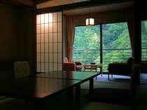 全室峡谷沿いの絶景客室室。しっとりと落ち着く一般客室。