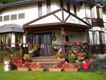 【玄関】こげ茶と白の外観がおしゃれ。庭には花がいっぱい♪
