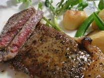 【夕食/メイン】定番の170グラム・サーロインステーキ!あつあつでお出しします。
