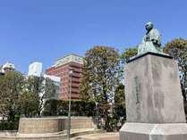 渋沢栄一像とホテル外観