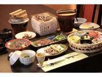ホタルイカ会席。刺身、しゃぶしゃぶ、昆布焼、天ぷら、釜めし等々、様々な調理法で旬のホタルイカを満喫!