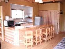 【2名用コテージ】カウンターキッチンカウンターには囲炉裏も設置!!広くて料理が楽しくなりそう