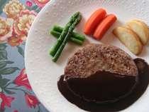 アルバート人気の国産牛のビーフハンバーグはデミグラスソースで!大人の味。
