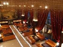 豪華なシャンデリアで飾られたラウンジ。広く社交の場として御利用いただけます。