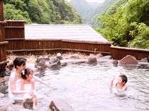 【玉ノ樹温泉】の女湯『岩風呂』。昼は杖立川の流れを望み、夜は満天の星空を♪