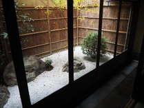 【客室】庭園を眺めながら過ごすひと時。