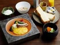 【洋朝食】温かいスクランブルエッグ、ポトフのようなスープをパンとご一緒に。(イメージ)