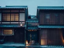 外観:100年の歴史を刻む元老舗料亭の数寄屋建築が、お客様が快適に過ごせるよう生まれ変わりました。