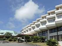 ホテル外観イメージは、大きな白い帆船を思わせる。