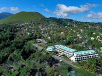 ホテルアンビエント伊豆高原:大室山の麓。高台から海を見下ろす自然に囲まれた立地