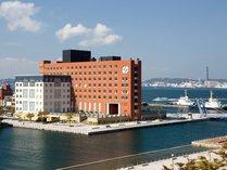 【ホテル外観】関門海峡に浮かぶ20世紀を代表するデザイナーズホテル。非日常を体験して頂けます。