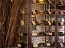 ワインを約250本ご用意。シニアソムリエがお食事に最適な1杯をご案内致します。