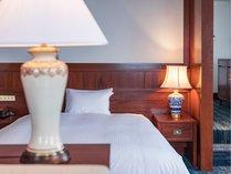 【プレミアルーム】客室のランプはかつてヨーロッパの人々を魅了した薩摩焼を採用。