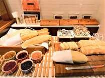 焼き立てパンが食欲をそそります。手作りジャムと一緒にどうぞ。