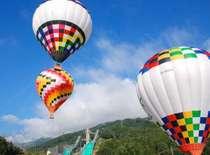 色とりどりの熱気球に乗って大空へ!