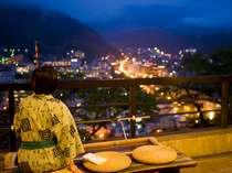 玄関前の足湯から望む、温泉街の夜景。高台に位置するので静かに過ごせる。