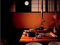 150年前の飛騨の古民家を移築した、囲炉裏端での食事。江戸の情緒と雰囲気たっぷり。