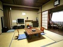 和室8畳の憩い処と食事処。パソコン、ゲーム、映画が楽しめる。マッサージ機も完備。