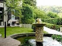 【お庭】噴水が印象的。ラウンジに隣接する中庭。金魚さんが住んでいます。