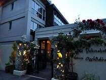 レストラン横のサブエントランス。階段を降りればドッグスパ(温泉)や中庭に続く。
