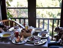 朝食は焼き立てパンと濃厚な生ジュースが大人気で、購入するお客様も多いです。
