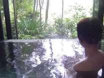 離れ家リスの庭の、専用温泉。完全かけ流しの雨でも濡れない半露天風の開放的なお風呂です。
