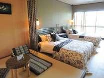 ダブルベッド2台と畳スペースに和布団を2組敷けます。