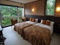 ツインルームのベッドはセミダブルサイズ。大人2名様と小さなお子様でしたら2名様までご一緒出来ます。