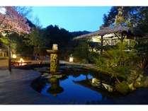 中庭と河津桜とファイヤーピット
