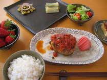自家製あるいは地元産食材を使った料理の一例です。器も自家製です。