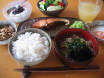 自家製あるいは地元産食材を使った朝食の一例。器も自家製です。