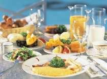 ◎1日の始まりはおいしい朝食から!焼きたてパンや目の前で焼くオムレツなど豊富なメニューをご用意