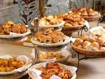 1日の始まりはおいしい朝食から!焼きたてパンや目の前で焼くオムレツなど豊富なメニューをご用意
