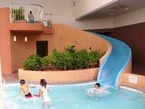 お子様に大人気♪「ミニウォータースライダー」は、通年利用可能な屋内プールにあります。