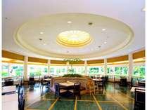 レストラン ~ 南国の開放感の中で、朝食バイキングをどうぞ