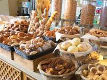 レストラン 『 パセオガーデン 』 ~ 朝食バイキングでは、焼きたてのパンをご用意