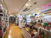 <売店>沖縄伝統のやちむん(焼き物)やホテルオリジナルクッキー・食品・泡盛などお土産はココで◎